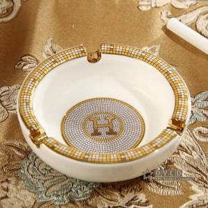 Cendrier en porcelaine ivoire en porcelaine dieu dessin de contour de chevaux en or forme ronde petit cendrier cendrier pour cadeau de pendaison de crémaillère
