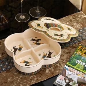 Boîte à bonbons en porcelaine / boîte à noix avec couvercle en porcelaine ivoire Dieu dessin de chevaux en relief contour en or décoration de qualité antique