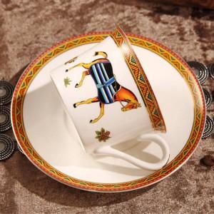 Tasse à café en porcelaine et tasse à café en os avec soucoupe en doré