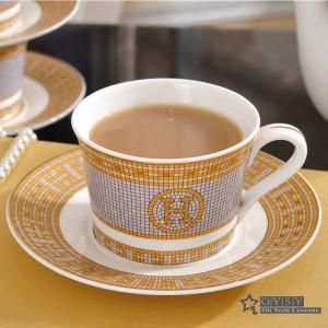 """Tasse à café en porcelaine et set de café en os avec soucoupe """"H"""", contour de conception en mosaïque dans un set de tasse à thé et sous-tasse en or"""