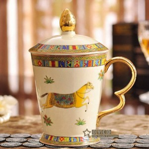 Mug en porcelaine Mug en porcelaine ivoire le contour du dieu cheval design en or classique tasse avec des tasses et des tasses de couvercle