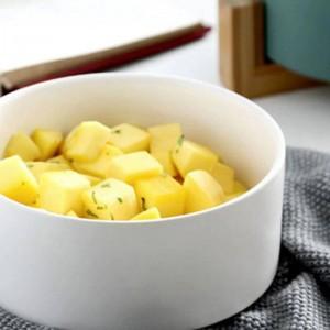 Bol de service à salade rond en céramique blanche pour soupes aux pâtes de fruits à la salade. Baguettes en céramique, bol en céramique avec couvercle et poignée